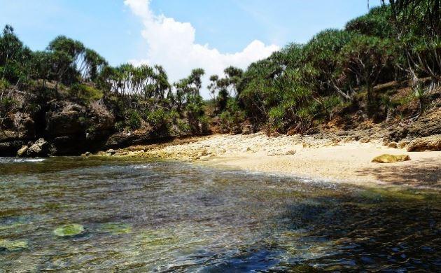 Pantai Jonggring Saloka